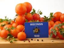 Wisconsin-Flagge auf einer Holzverkleidung mit den Tomaten lokalisiert auf einem whi Lizenzfreie Stockfotos