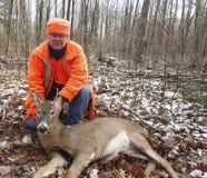 Wisconsin hjortjägare med en bock royaltyfri foto