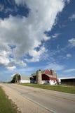 Wisconsin mejerilantgård, ladugård, lantbrukarhem, blå himmel och moln arkivbild