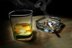 Wiskey en sigaretten stock afbeelding