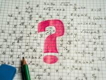 Wiskundeprobleem het oplossen visueel concept wiskundige tekens en rood vraagteken stock afbeelding