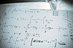 Wiskundige oefening die op een Witboek wordt geschreven Stock Foto's