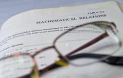 Wiskundige relaties op een school en een universitair handboek Stock Fotografie