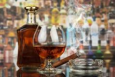Wisky in glazen en rokende sigaar royalty-vrije stock afbeeldingen