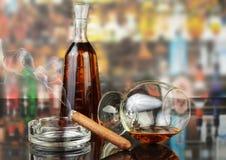 Wisky in glazen en rokende sigaar stock afbeelding