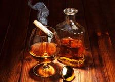 Wisky in glazen en rokende sigaar stock foto
