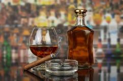 Wisky in glazen en sigaar royalty-vrije stock afbeeldingen