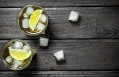 Wisky in glazen met ijs en kalkplakken royalty-vrije stock fotografie