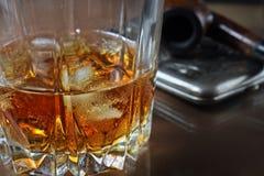 Wiskyglas en buis voor het roken Stock Fotografie