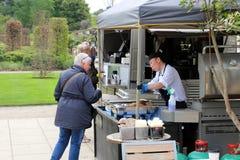 Wisley,萨里,英国- 2017年4月30日:供食热的食物的供营商对a 免版税库存照片