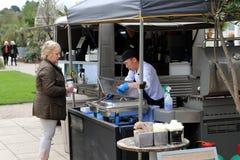 Wisley,萨里,英国- 2017年4月30日:供食热的食物的供营商对a 库存图片