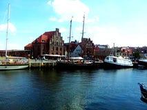 Wismar fiskehabour som är gammal med fiskebåtar för myra för tegelstenbyggnader på det baltiska havet, Tyskland Arkivfoto