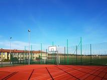 Wisniowa, Polônia - 10 17, 2018: Campo de básquete moderno no pátio da escola primária Campo de jogos multifuncional do ` s das c fotos de stock