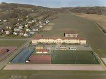 Wisniowa, Polônia - 9 10 2018: Complexo aberto dos esportes da escola Panorama dos campos de ação do voo de um pássaro Fotografia imagens de stock royalty free
