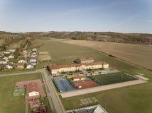 Wisniowa, Polônia - 9 10 2018: Complexo aberto dos esportes da escola Panorama dos campos de ação do voo de um pássaro Fotografia fotografia de stock