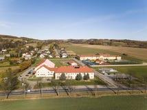 Wisniowa, Polônia - 9 10 2018: Complexo aberto dos esportes da escola Panorama dos campos de ação do voo de um pássaro Fotografia foto de stock royalty free
