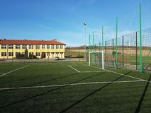 Wisniowa, Pologne - 9 9 2018 : Un stade ouvert dans la cour d'une école de village Écoulement de la génération plus jeune Folâtre photo libre de droits