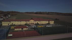 Wisniowa, Polonia - 9 10 2018: Complejo abierto de los deportes de la escuela Panorama de terrenos de juego del vuelo de un pájar almacen de video