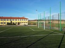Wisniowa, Polonia - 9 9 2018: Uno stadio aperto nel cortile di una scuola del villaggio Estrazione di più giovane generazione Met fotografia stock libera da diritti