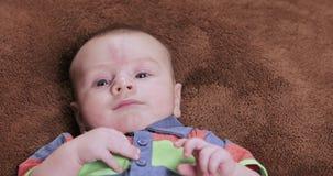 Wispelturige babyjongen stock footage
