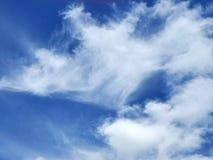 Wispy облака в голубом небе стоковая фотография rf