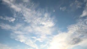 Wispy chmura taniec przez niebieskie niebo czasu upływu zdjęcie wideo
