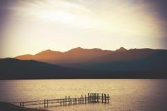 Wispy chmury przy półmrokiem nad Jeziornym Te Anau Zdjęcia Royalty Free