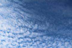 Wispy chmury w niebieskim niebie Zdjęcia Royalty Free