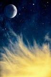 Wispy moln och måne Royaltyfri Bild