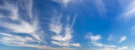 Wispy, weiches Wolkenpanorama über blauem Himmel lizenzfreies stockfoto