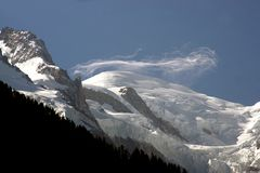 Wispy Wolken auf den Gipfel von Mont Blanc Lizenzfreie Stockfotografie