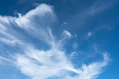 Wispy Wolken Julis stockfoto