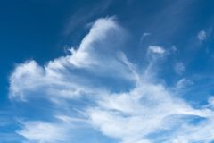 Wispy Wolken Julis stockfotografie