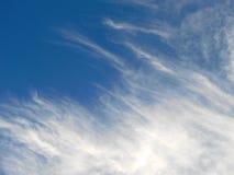 Wispy Wolken und blauer Himmel lizenzfreie stockbilder