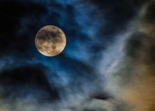 Wispy Wolken und Vollmond über North Carolina lizenzfreie stockfotografie