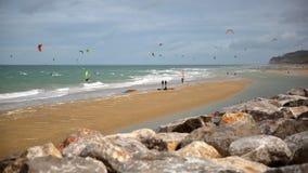WISSANT, †de FRANCES «le 28 août 2016 : La plage avec des surfers de cerf-volant Vue avec le chapeau Blanc Nez à l'arrière-pla Photographie stock