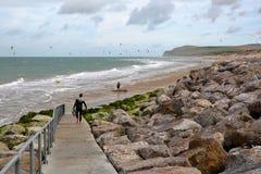 WISSANT, †de FRANCES «le 28 août 2016 : La plage avec des surfers de cerf-volant Vue avec le chapeau Blanc Nez à l'arrière-pla Images libres de droits