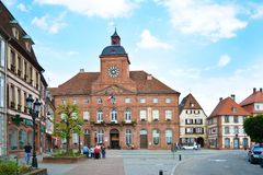 Wissembourg Frankrike - barockt sandstenstadshus av Wissembourg arkivbilder