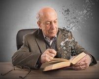 Wissen und Kultur des alten Mannes lizenzfreies stockbild