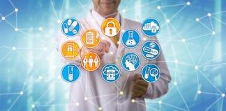 Wissenschaftler-Complying With Pharma-Datensicherheit lizenzfreie stockbilder