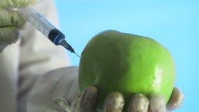 Wissenschaftler, der Apfel mit chemischer Lösung für Experiment einspritzt stock video