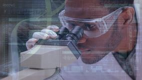 Wissenschaftler, der ein Mikroskop untersucht stock video