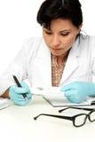 Wissenschaftler, der eine Fingerabdruckprobe anhält Stockfoto