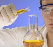Wissenschaftler, der in einem Labor arbeitet Stockbilder