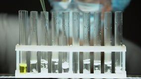 Wissenschaftler, der Flüssigkeit im Rohr mit der Substanz ausstrahlt Sauerstoff und Rauch, Verbrechen hinzufügt stock video