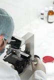 Wissenschaftler, der genetische Forschung leitet Lizenzfreie Stockfotos