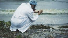 Wissenschaftler, der giftigen Seeverschmutzungstest, Quellen des Süßwassers geschädigt durchführt stock footage