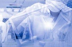 Wissenschaftler, der im Labor mit Tafelba der chemischen Bindung arbeitet Lizenzfreies Stockfoto