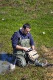 Wissenschaftler, der Klimawasserqualität in einem Sumpfgebiet misst lizenzfreie stockfotos