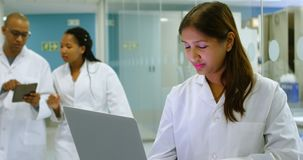 Wissenschaftler, der Laptop im Büro 4k verwendet stock video